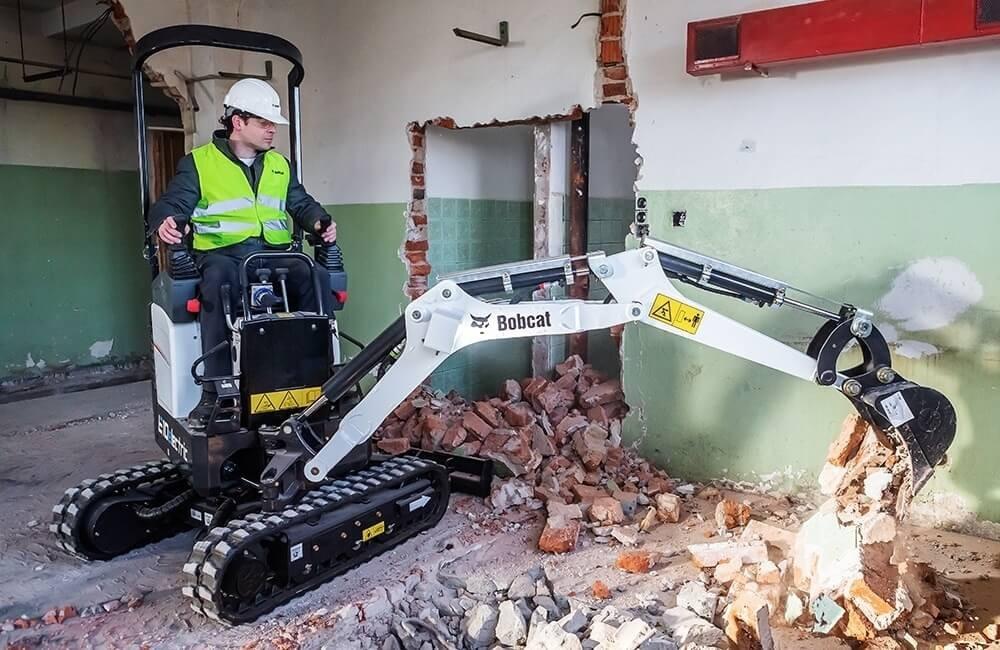 Mini-excavator cu cupa Bobcat E10e in interiorul cladirii