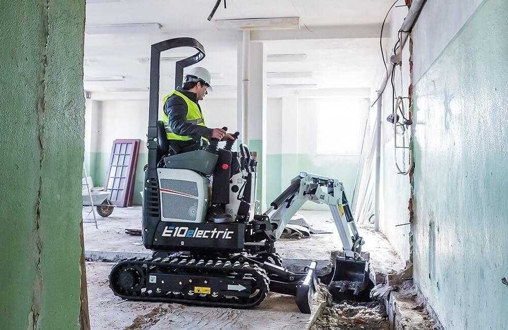 Excavator compact Bobcat E10 electric operat in interiorul cladirii